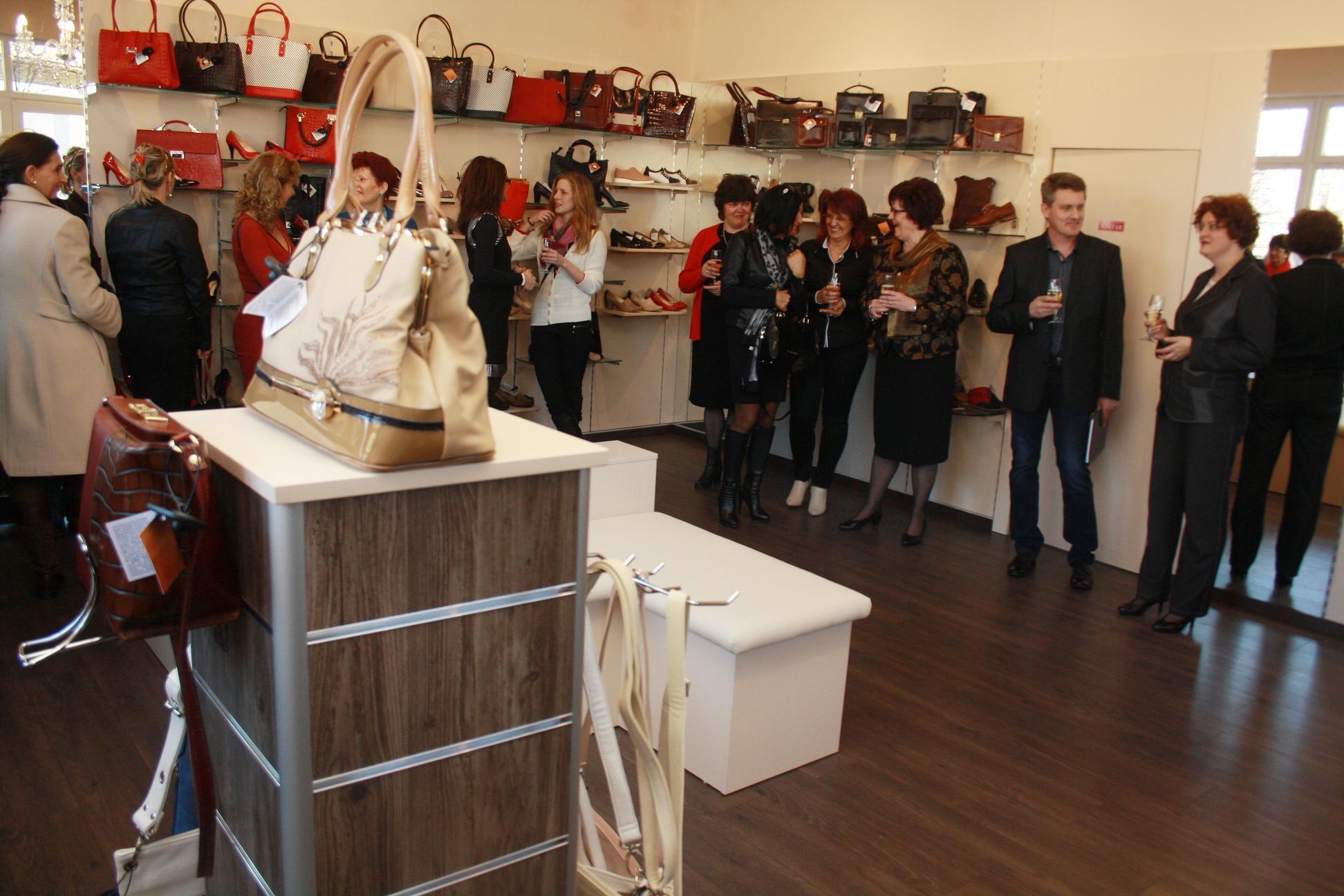471e771b70 A cipőboltot Hegedűs Ágota alpolgármester nyitotta meg, majd az üzletvezető  köszöntője után mindenki kedvére csodálhatta a szebbnél-szebb cipőket és ...